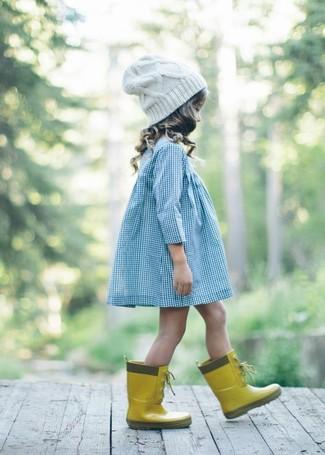 Cómo combinar: vestido celeste, botas de lluvia amarillas, gorro blanco