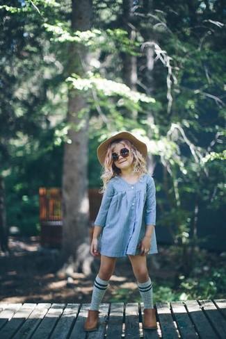 Cómo combinar: vestido celeste, botas marrónes, sombrero en beige, calcetines grises