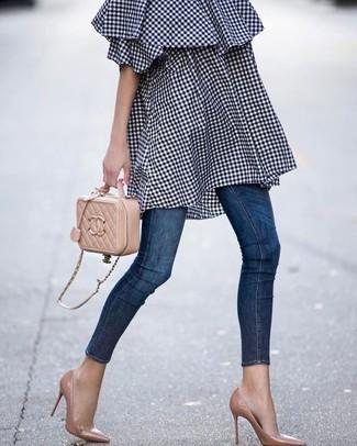 Cómo combinar: vestido con hombros al descubierto de cuadro vichy azul marino, vaqueros pitillo azul marino, zapatos de tacón de cuero marrón claro, bolso bandolera de cuero acolchado marrón claro