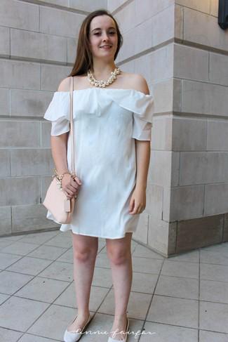 Cómo combinar unas bailarinas de cuero blancas: Intenta ponerse un vestido con hombros al descubierto blanco transmitirán una vibra libre y relajada. Completa el look con bailarinas de cuero blancas.