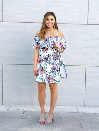 Cómo combinar: vestido con hombros al descubierto con print de flores blanco, chinelas de ante en beige, bolso bandolera de cuero celeste, pendientes con cuentas rosados