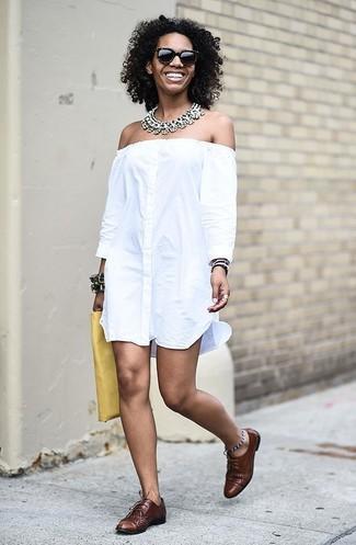 Cómo combinar: vestido con hombros al descubierto blanco, zapatos oxford de cuero marrónes, cartera sobre de cuero amarilla, collar transparente
