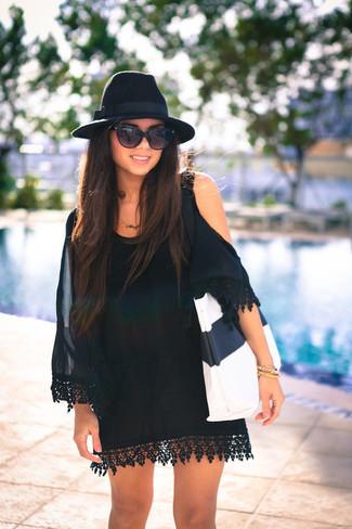 Cómo combinar: vestido con hombros al descubierto de seda negro, bolsa tote de cuero en blanco y negro, sombrero de lana negro, gafas de sol negras