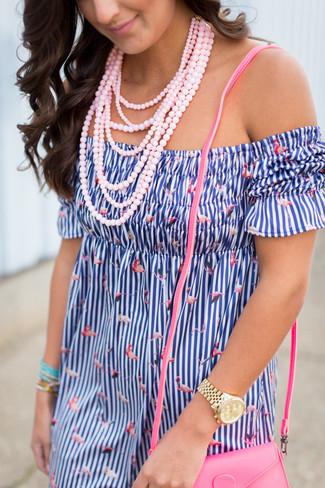 Cómo combinar: vestido con hombros al descubierto de rayas verticales azul, bolso bandolera de cuero rosa, collar con cuentas rosado, reloj dorado
