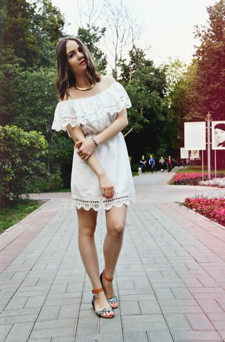 Cómo combinar unas sandalias planas de cuero grises: Elige un vestido con hombros al descubierto de crochet blanco para un look agradable de fin de semana. ¿Quieres elegir un zapato informal? Completa tu atuendo con sandalias planas de cuero grises para el día.
