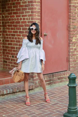 Cómo combinar: vestido con hombros al descubierto de rayas verticales gris, sandalias de tacón de cuero rosa, cartera sobre de paja marrón claro, gafas de sol en negro y blanco