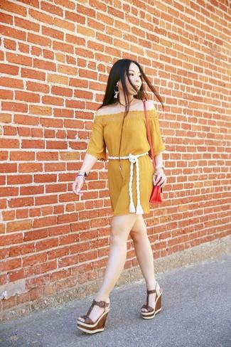 Cómo combinar unas sandalias con cuña de cuero marrónes: Haz de un vestido con hombros al descubierto mostaza tu atuendo para un look agradable de fin de semana. ¿Te sientes valiente? Opta por un par de sandalias con cuña de cuero marrónes.
