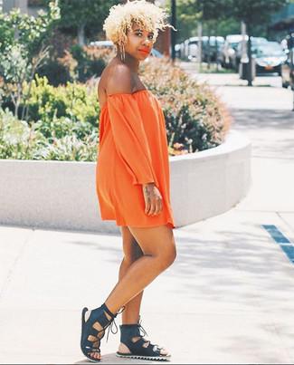 Cómo combinar: vestido con hombros al descubierto naranja, sandalias romanas de cuero negras, pendientes dorados