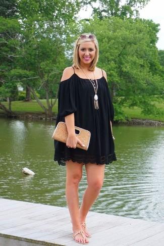 Cómo combinar: vestido con hombros al descubierto negro, sandalias de dedo de cuero en beige, cartera sobre de cuero marrón claro, colgante blanco