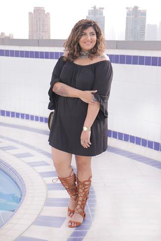 Cómo combinar: vestido con hombros al descubierto negro, sandalias romanas altas de cuero marrónes, gargantilla con adornos plateada