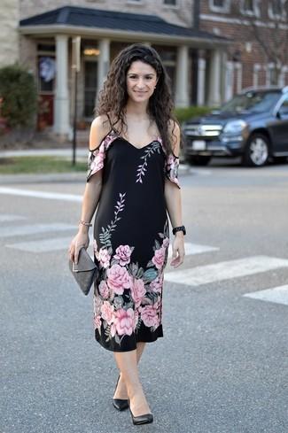 Outfits mujeres: Ponte un vestido con hombros al descubierto con print de flores negro transmitirán una vibra libre y relajada. Zapatos de tacón de cuero negros son una opción práctica para completar este atuendo.