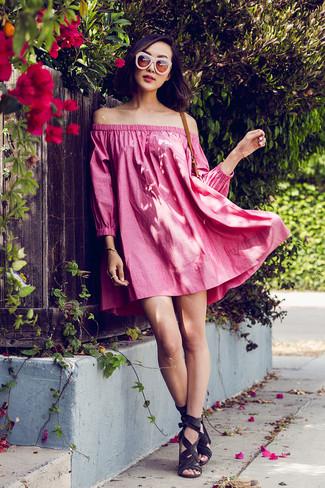 Outfits mujeres: Ponte un vestido con hombros al descubierto rosa transmitirán una vibra libre y relajada. Sandalias de tacón de ante en gris oscuro son una opción atractiva para complementar tu atuendo.