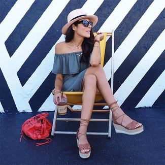 Cómo combinar: vestido con hombros al descubierto gris, sandalias con cuña de cuero marrónes, bolsa tote de cuero roja, sombrero de paja en beige