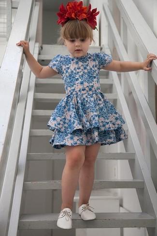 Cómo combinar: vestido con print de flores azul, zapatos oxford blancos, cinta para la cabeza con print de flores roja