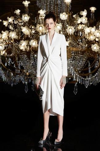 Cómo combinar: vestido cruzado blanco, zapatos de tacón de cuero plateados, cartera sobre de cuero plateada