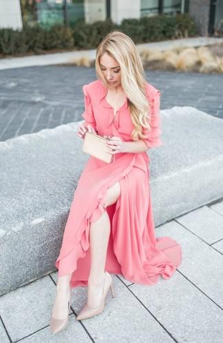 Cómo combinar: vestido cruzado de gasa con volante rosado, zapatos de tacón de cuero en beige, cartera sobre de cuero en beige