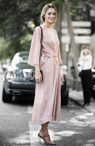 Cómo combinar: vestido cruzado en beige, sandalias de tacón de ante marrónes, bolso bandolera de pelo marrón