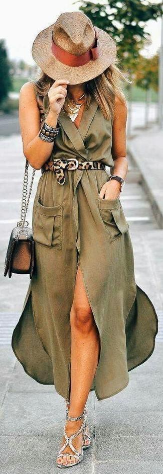 Cómo combinar: vestido cruzado de seda verde oliva, sandalias de tacón de cuero grises, bolso bandolera de cuero en marrón oscuro, sombrero de paja marrón claro