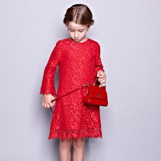 Cómo combinar: vestido de encaje rojo, bolso rojo