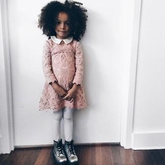 Cómo combinar: vestido de encaje rosado, leggings blancos, botas plateadas