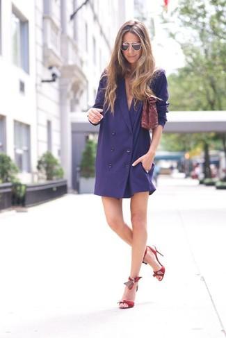 Cómo combinar: vestido de esmoquin azul marino, sandalias de tacón de cuero rojas, cartera sobre de cuero burdeos