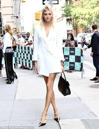 Cómo combinar: vestido de esmoquin blanco, zapatos de tacón de cuero en negro y blanco, bolso de hombre de cuero negro