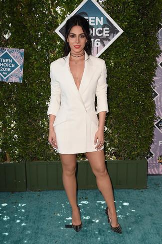 Cómo combinar: vestido de esmoquin blanco, zapatos de tacón de cuero con tachuelas negros, gargantilla negra