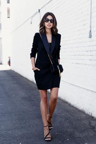 Cómo combinar: vestido de esmoquin negro, camiseta sin manga negra, sandalias de tacón de ante negras, bolso bandolera de ante negro