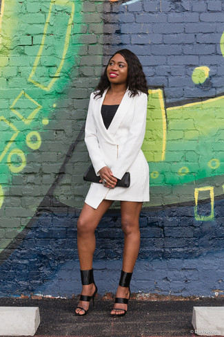 Cómo combinar: vestido de esmoquin blanco, camiseta sin manga negra, sandalias de tacón de cuero negras, cartera sobre de cuero negra