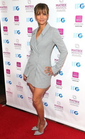 Cómo combinar: vestido de esmoquin de rayas verticales gris, zapatos de tacón de cuero con adornos plateados, anillo plateado