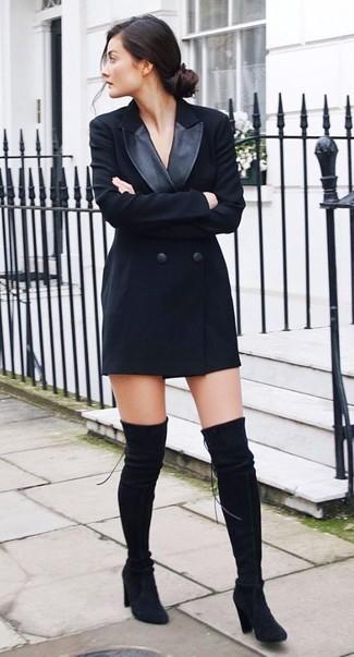 Cómo combinar: vestido de esmoquin negro, botas sobre la rodilla de ante negras
