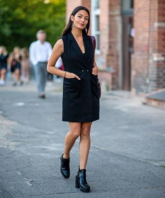 Cómo combinar: vestido de esmoquin negro, botines de cuero negros, bolsa tote de cuero burdeos