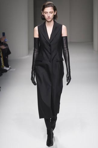 Cómo combinar: vestido de esmoquin negro, botines de terciopelo negros, guantes largos de cuero negros, medias negras
