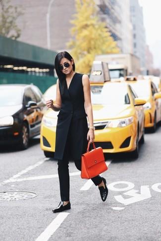 Cómo combinar: vestido de esmoquin negro, pantalones pitillo negros, mocasín de cuero negros, bolso de hombre de cuero naranja