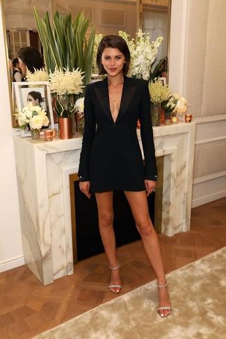 Outfits mujeres: Si buscas un look en tendencia pero clásico, haz de un vestido de esmoquin negro tu atuendo. Sandalias de tacón de cuero con adornos transparentes son una opción atractiva para complementar tu atuendo.