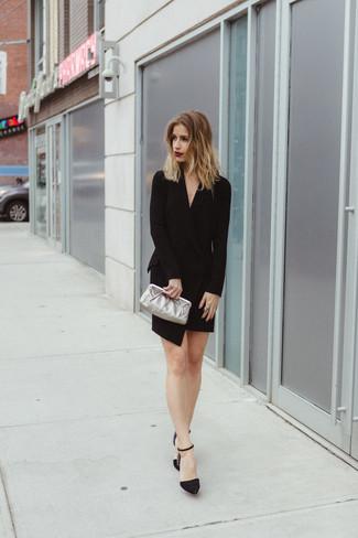 Cómo combinar: vestido de esmoquin negro, zapatos de tacón de ante con adornos negros, cartera sobre de cuero plateada