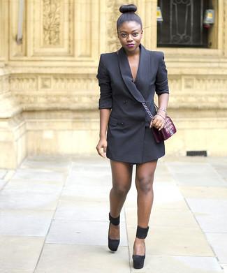 Cómo combinar: vestido de esmoquin negro, zapatos de tacón de ante gruesos negros, bolso bandolera de terciopelo bordado burdeos, pulsera dorada