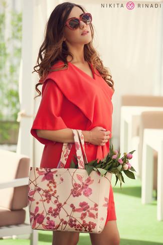 Cómo combinar: vestido de esmoquin rojo, bolsa tote de cuero con print de flores en beige, gafas de sol rojas
