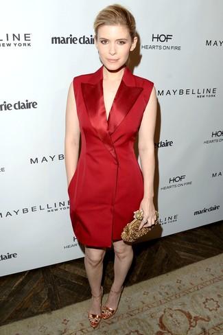 Cómo combinar: vestido de esmoquin rojo, sandalias de tacón de cuero doradas, cartera sobre con adornos dorada