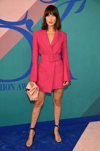 Cómo combinar: vestido de esmoquin rosa, sandalias de tacón de goma transparentes, cartera sobre de cuero rosada