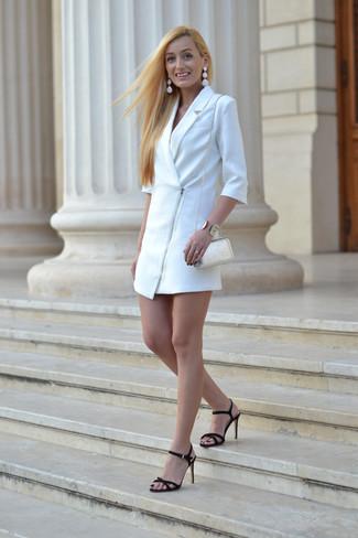 Cómo combinar: vestido de esmoquin blanco, sandalias de tacón de ante negras, bolso bandolera de cuero blanco, pulsera dorada