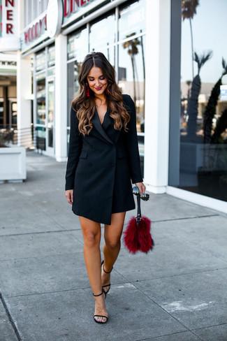 Cómo combinar un vestido de esmoquin negro: Utiliza un vestido de esmoquin negro para sentirte con confianza y a la moda. Sandalias de tacón de cuero negras son una opción práctica para completar este atuendo.
