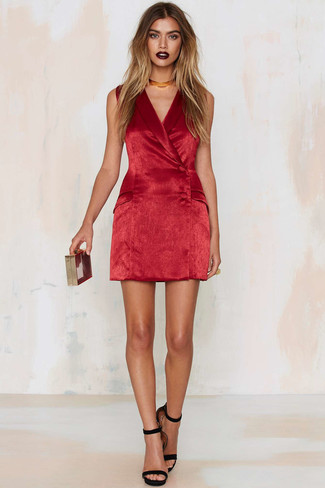 Cómo combinar: vestido de esmoquin de terciopelo rojo, sandalias de tacón de ante negras, cartera sobre roja, gargantilla dorada