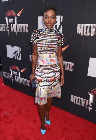 Look de Lupita Nyong'o: Vestido de fiesta de seda con estampado geométrico en multicolor, Zapatos de tacón de cuero en turquesa