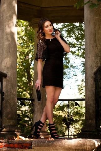 Cómo combinar: vestido de fiesta de encaje negro, sandalias de tacón de cuero negras, cartera sobre con cuentas negra, collar de perlas en beige