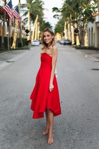 Cómo combinar: vestido de fiesta rojo, sandalias de tacón de cuero en beige