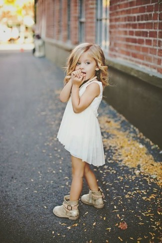 f1a04d63e Moda para Niñas Look de moda: Vestido de gasa blanco, Botas doradas