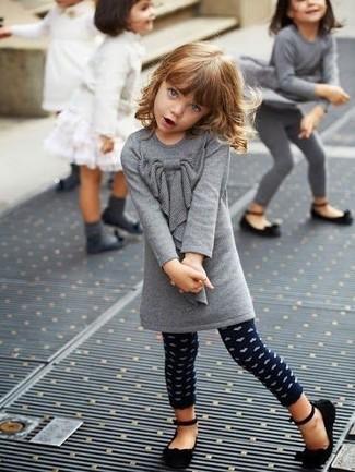 Cómo combinar unos leggings a lunares azul marino: