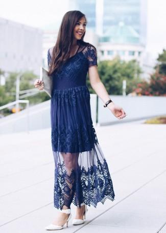 Cómo combinar: vestido de noche de encaje azul marino, zapatos de tacón de cuero blancos, cartera sobre de cuero blanca, reloj de cuero negro