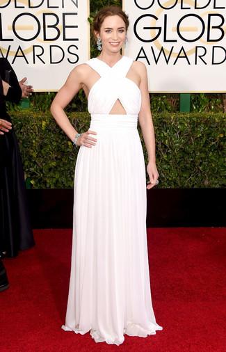 Intenta ponerse un vestido de noche plisado blanco y te verás impresionante en cualquier lugar y en cualquier momento.
